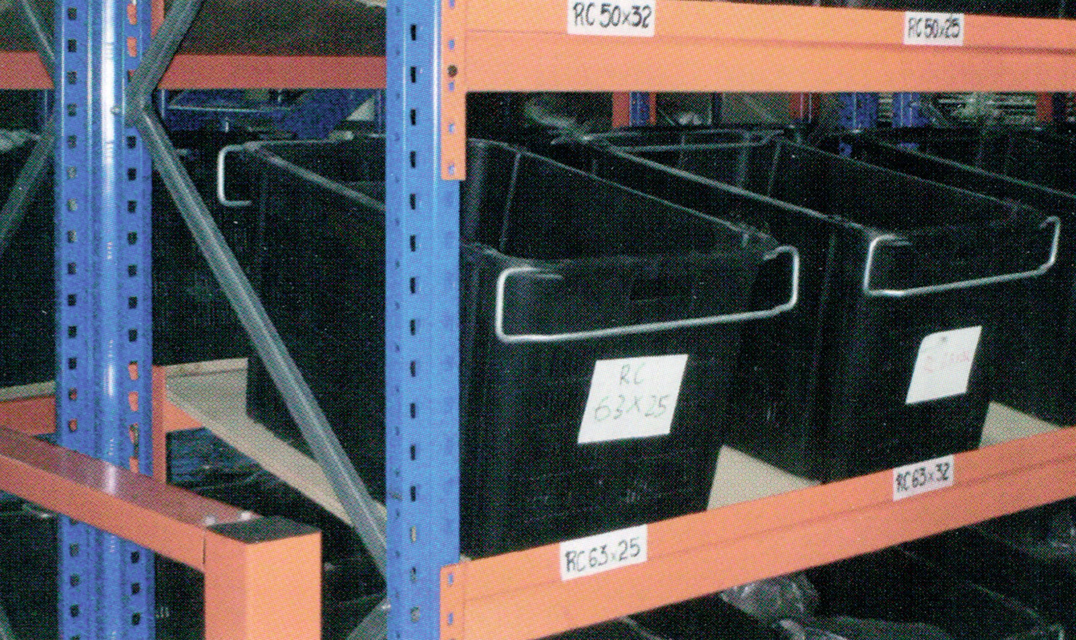 racking with plastic container